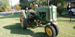 It's not a bad looking tractor for still being in it's working clothes (read- not restored).